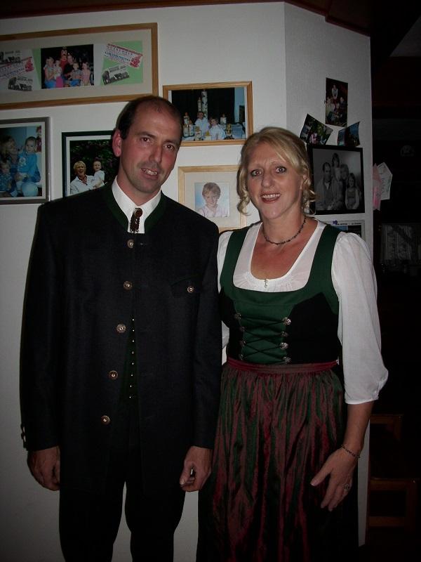 Auf dem Bild sind Klemens und Gertraud Danklmayer zu sehen, beide in Tracht gekleidet.
