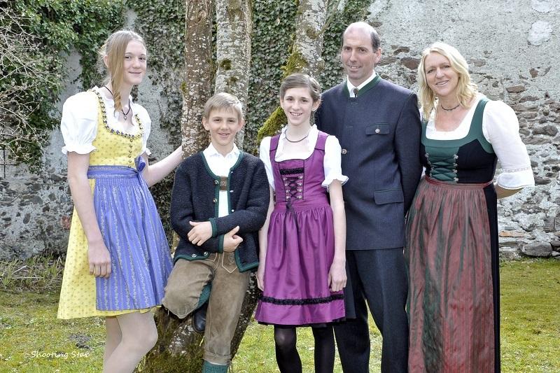 Familie Danklmayer - Ferienwohnungen am Bauernhof im Ennstal- auf dem Bild ist die gesamte Familie Danklmayer vor einem Baum zu sehen.