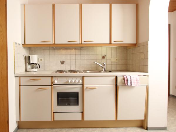 Auf dem Bild sieht man die Küche der Wohnung für 4-5 Personen, mit Backrohr, 4 E-Herdplatten und Geschirrspüler